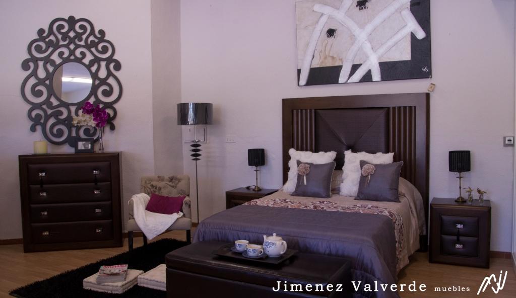 Ambiente de dormitorio en madera de pino combinado frontales de cajones en  piel sintética en tono Dark y con detalles en swarovski.