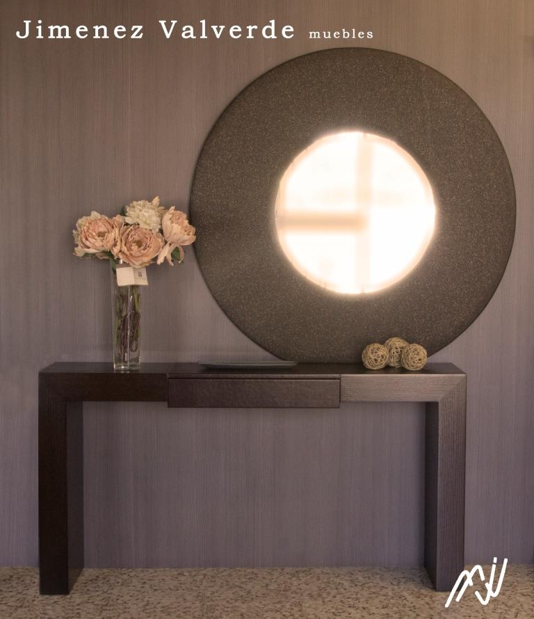 Consola madera de roble  de 1.50*30*80 con detalle en tapa y cajon piel sintética en chocolate y espejo ovalado tapizado en color Keten de 120 de diámetro.