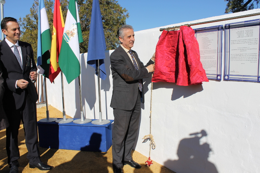Se inauguran las Jornadas 'El Mundo Funerario de Sefarad' con el descubrimiento de una placa con el epitafio del rabino Isaac al-Fasi
