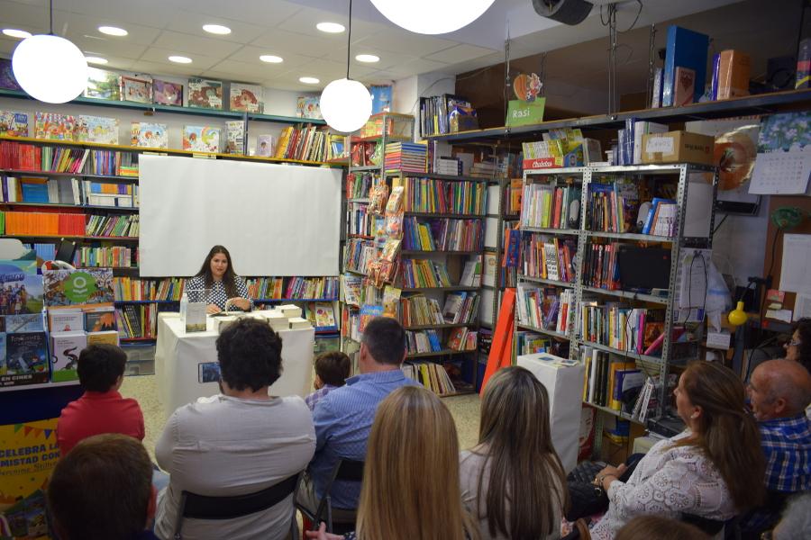 Ara Febrero presenta su libro «Hamartía» en la Papeleria «Pipo»