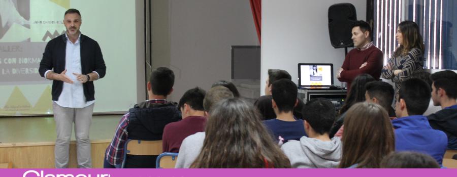 El periodista Juan Carlos Roldán habla sobre la diversidad sexual en el IES Miguel de Cervantes