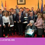 El Ayuntamiento de Lucena entrega las banderas de Andalucía durante la celebración del 28F