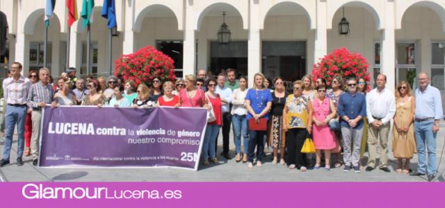 El Ayuntamiento de Lucena lee un manifiesto en repulsa por el asesinato de violencia machista en Rute