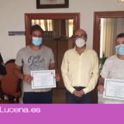 Los vecinos Jesús D. Moreno y Jesús Pérez reciben la felicitación del concejal de Seguridad Ciudadana