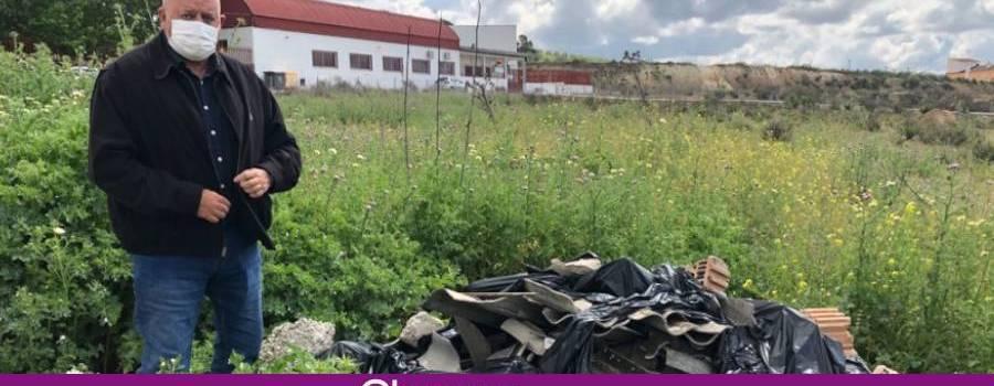 VOX insiste en Lucena sobre la retirada urgente de residuos potencialmente cancerígenos próximos a un colegio