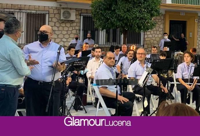 La Cofradía de la Virgen recibía ayer las partituras de la canción de romería «La flor más bella»